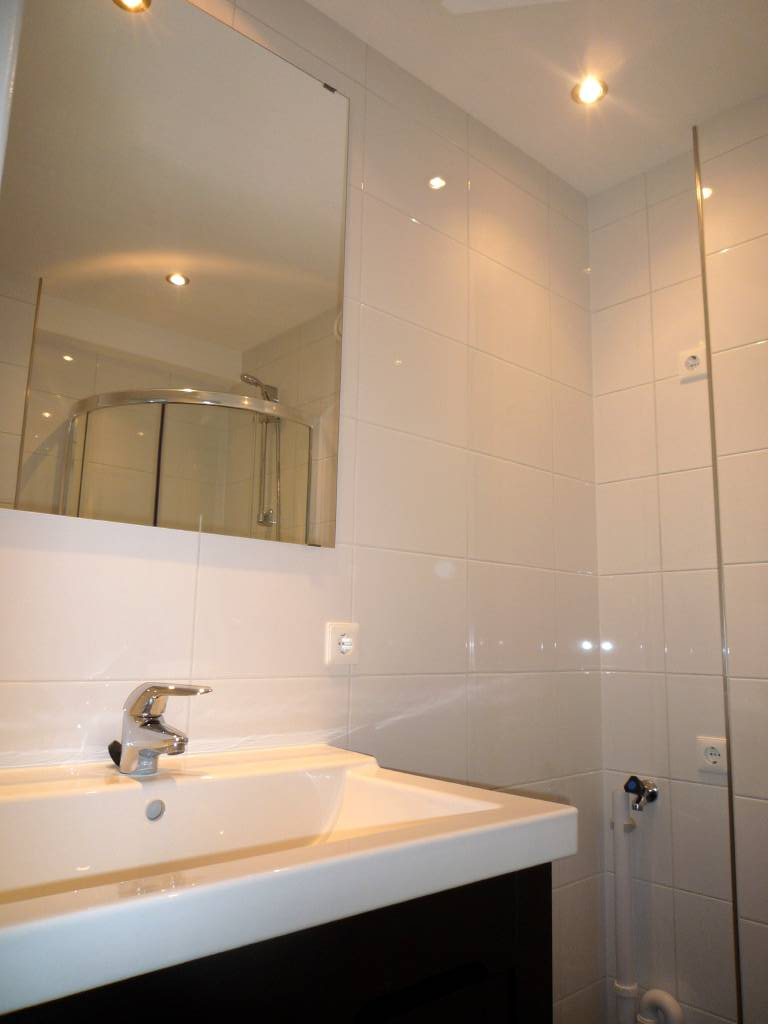 lichte vloer badkamer brigee