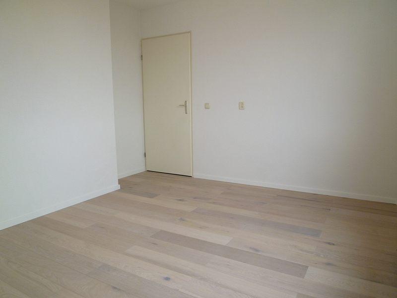 Lichte Vloertegels Keuken: Je woonkamer inrichten met een donkere ...
